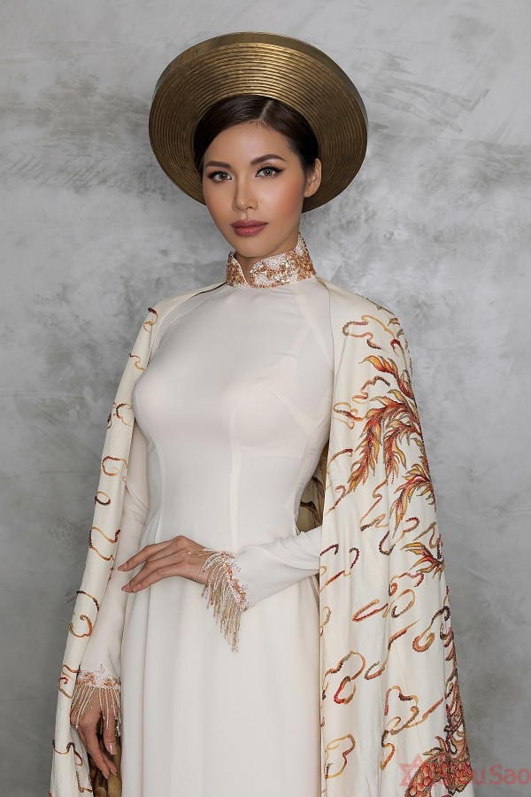 Minh Tú diện áo dài hoàng bào