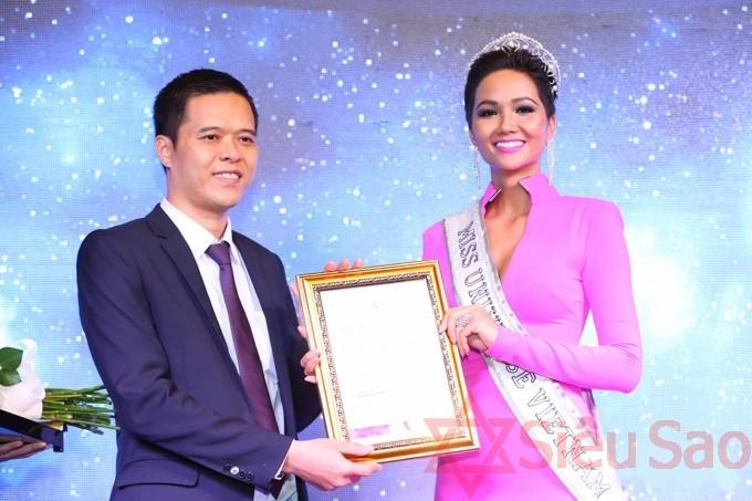 Hoa hậu H'Hen Nie nhận chứng nhận hoa hậu