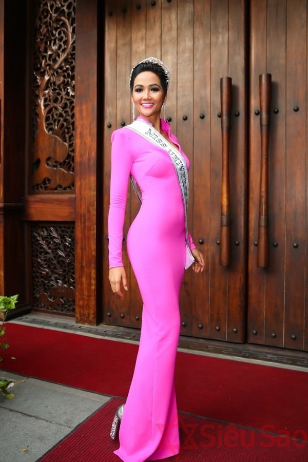 Hoa hậu H H Nie diện váy ôm