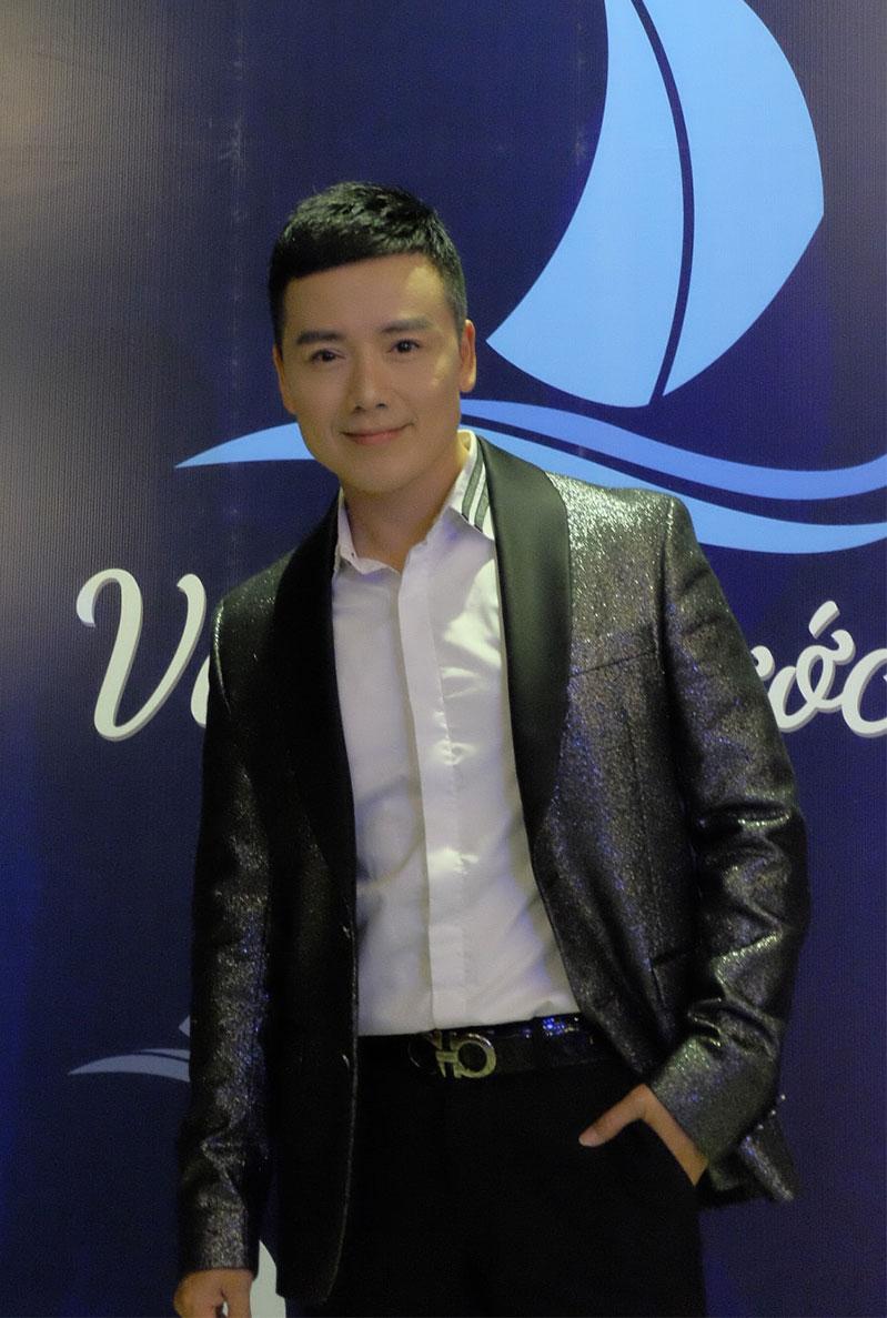 Ca sĩ Nguyễn Hoàng Nam chụp hình kỹ niệm cùng chương trình