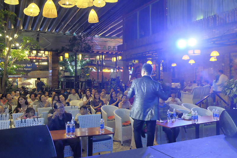 Nguyễn Hoàng Nam thể hiện 2 ca khúc trẻ trung, sôi động và được nhiều khan giả tán thưởng