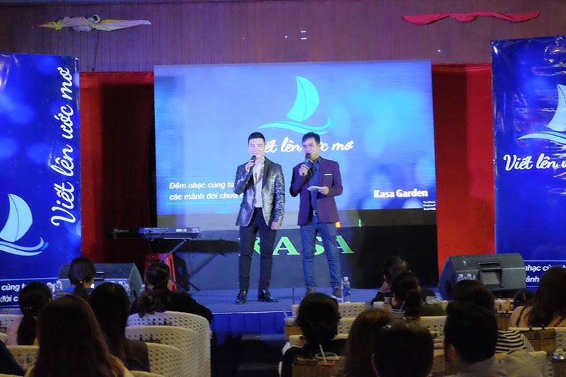 Nguyễn Hoàng Nam và MC Quốc Dũng giao lưu với khán giả