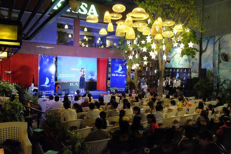 Khán giả đến rất sớm để ủng hộ cho đêm nhạc thiện nguyện Viết Lên Ước Mơ