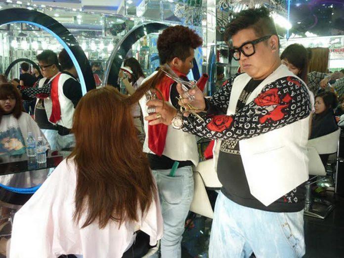 """""""Phù thủy"""" cắt tóc với 11 cây kéo Nguyễn Hoàng Hưng truyền cảm hứng cho nhiều nhà tạo mẫu tóc trẻ"""