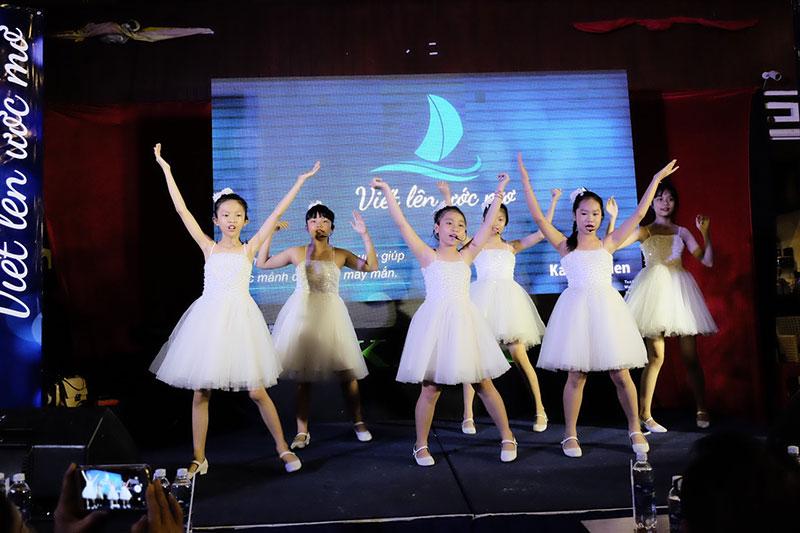 Các bé Nhà thiếu nhi TP cũng chia sẻ với các bé có hoàn cảnh khó khăn qua ca khúc Nụ Cười Thiên Thần