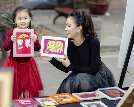 Maya đưa con gái đi ngắm hoa chợ Tết
