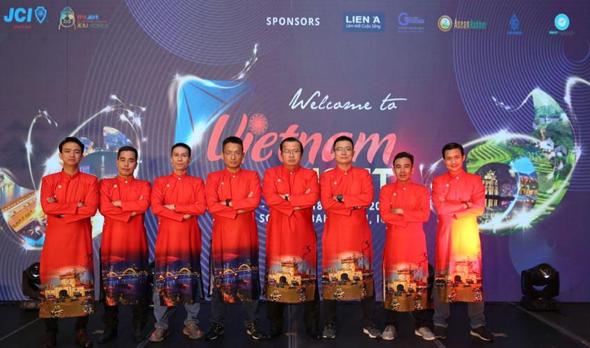 Trình diễn giới thiệu áo dài Việt Nam đến bạn bè quốc tế