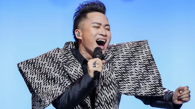 Ca sĩ Tùng Dương luôn gắn liền với những tạo hình độc lạ khi sáng tạo nghệ thuật