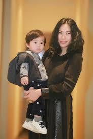 Hình ảnh vợ và cậu con trai của ca sĩ Tùng Dương