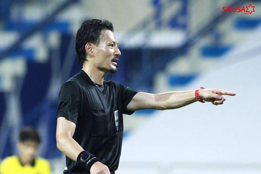 Trọng tài thổi phạt tuyển Malaysia trước tình huống Văn Toàn ngã